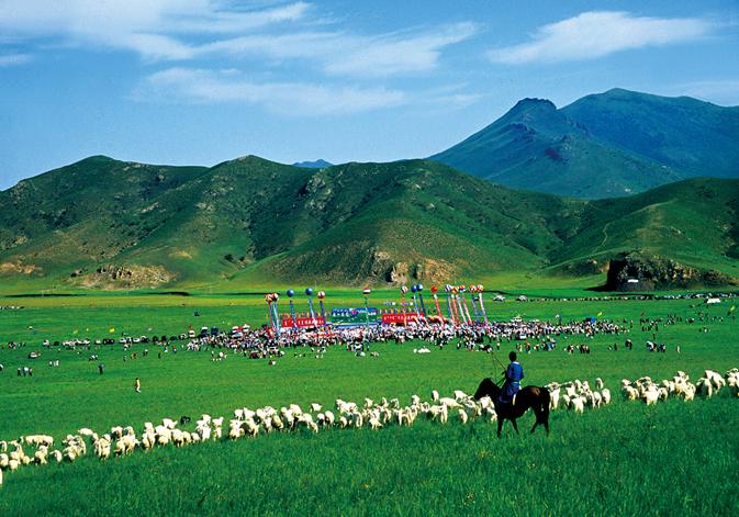 扎鲁特山地草原旅游区 位于内蒙古通辽市西部,扎鲁特旗巴雅尔图胡硕境内,距通辽市200公里,304国道、省际大通道穿过这里,交通十分便利,旅游区大本营坐落在军马场。这里是辽代誉洲古城将士驯养战马的地方,因此而得名。山地草原核心区水草丰美,风景独特,风光旖旎,总面积达3万亩。   旅游区可为游客开展丰富多彩的、民族风情浓郁的活动项目,主要有马队迎宾、祭敖包、牧户做客、骑马漫游、赛马、射箭、博克、乘坐勒勒车、湖中乘船、篝火晚会、民族歌舞、民俗表演等。同时又可品尝到具有科尔沁特色的手扒羊肉,奶茶和蒙古族风